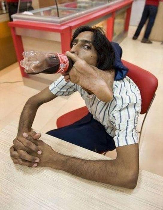 hombre contorsionista tomando una coca