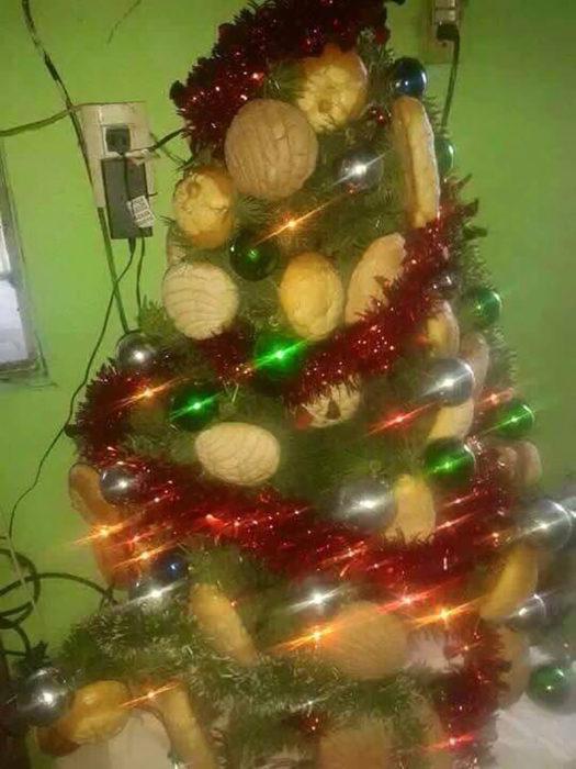 árbol de navidad con panes como esferas