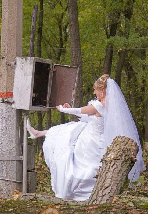novia arreglando la electricidad