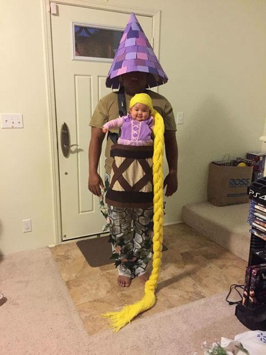 bebé disfrazada de rapunzel y papá de torre