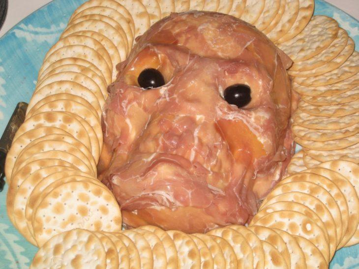 entremés de carne con forma de cráneo humano con musculatura