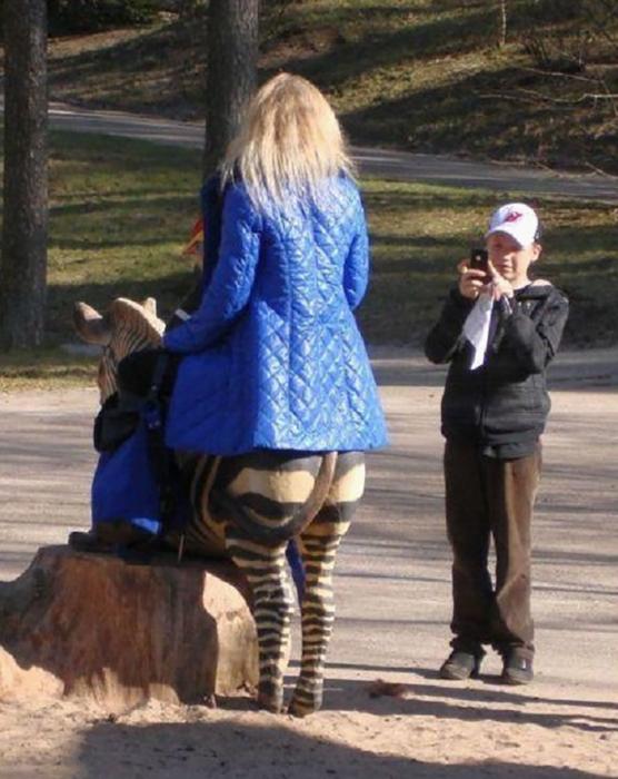 mujer montada en una cebra