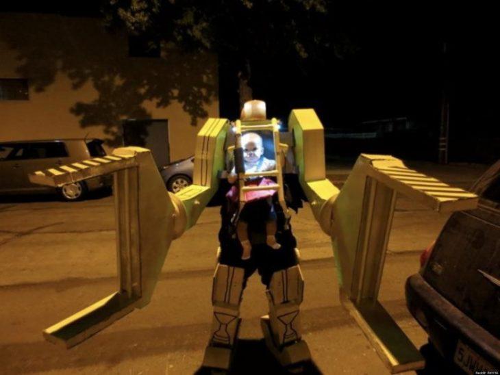 papá disfrazado de robot con bebé que lo maneja