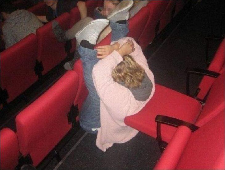 chica mal sentada en asientos del cine