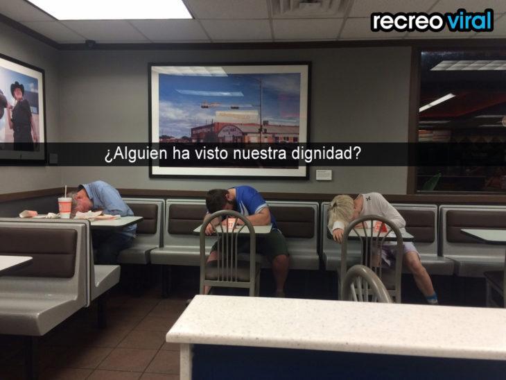 chicos dormidos en sus asientos