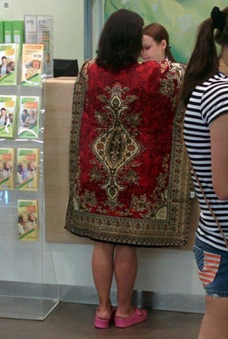 señora con vestido que parece alfombra