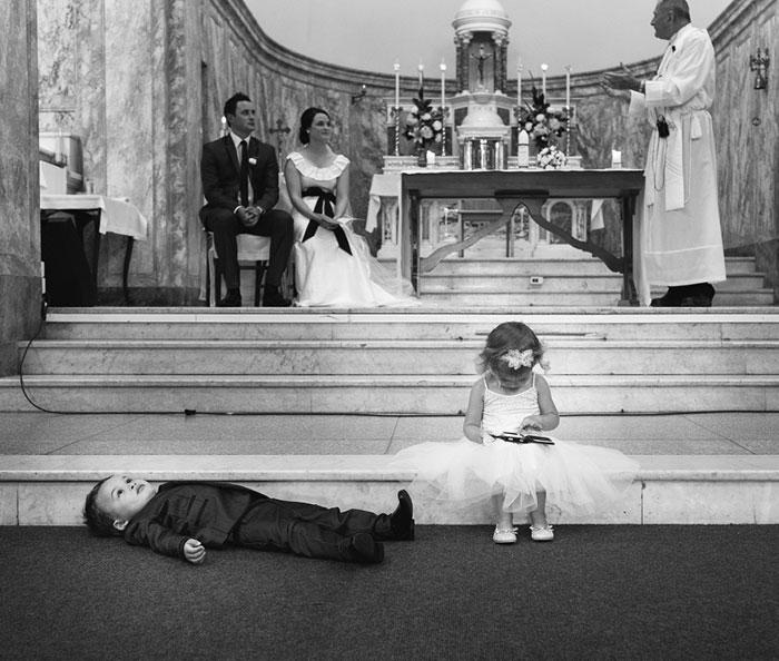 niños de las flores aburridos en boda