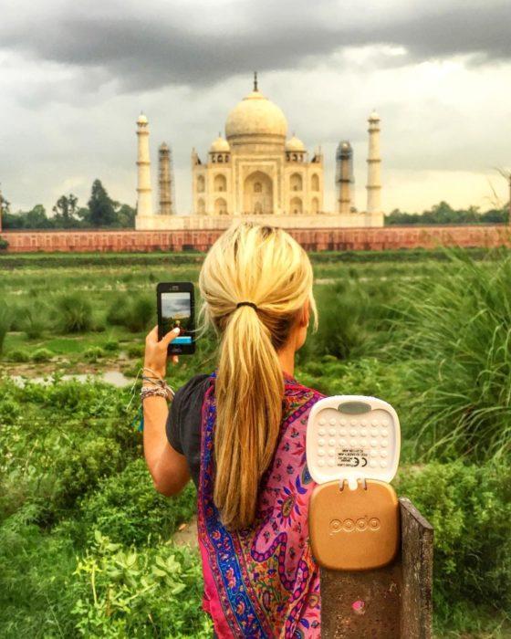 mujer toma foto a taj mahal