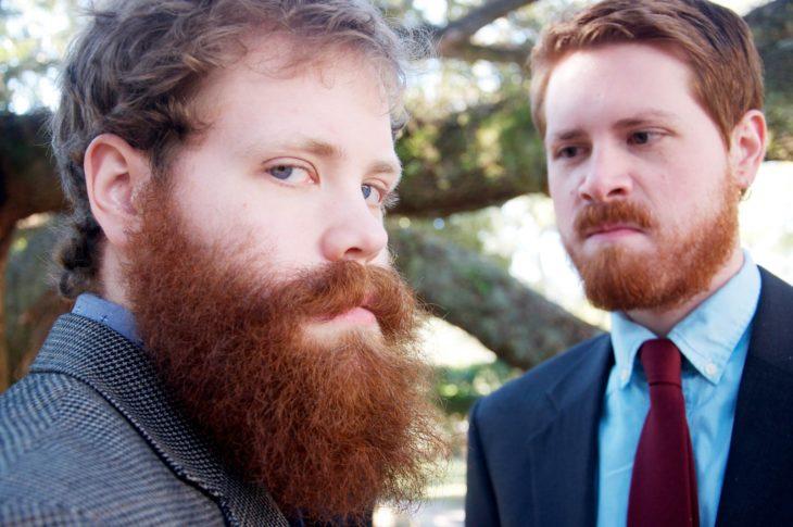 hermanos gemelos, uno con barba y otro sin barba