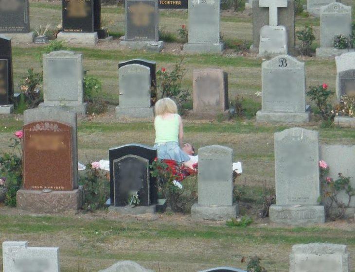 pareja acariciándose en cementerio