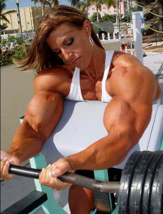 mujer fisicoculturista levantando pesas