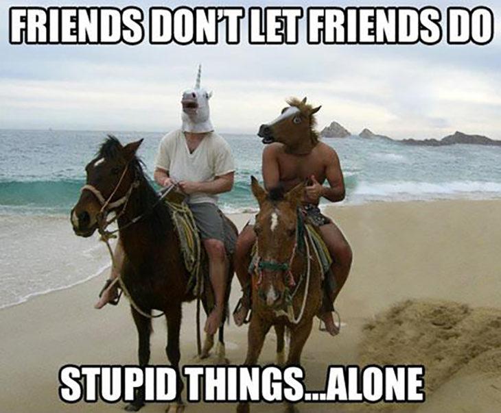 dos muchachos con máscaras de caballos sobre caballos