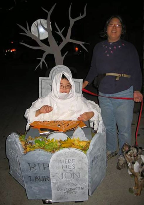 niño en silla de ruedas decorada como cementerio