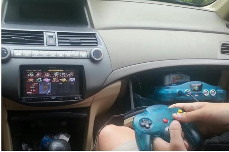 jugar videojuegos en el auto