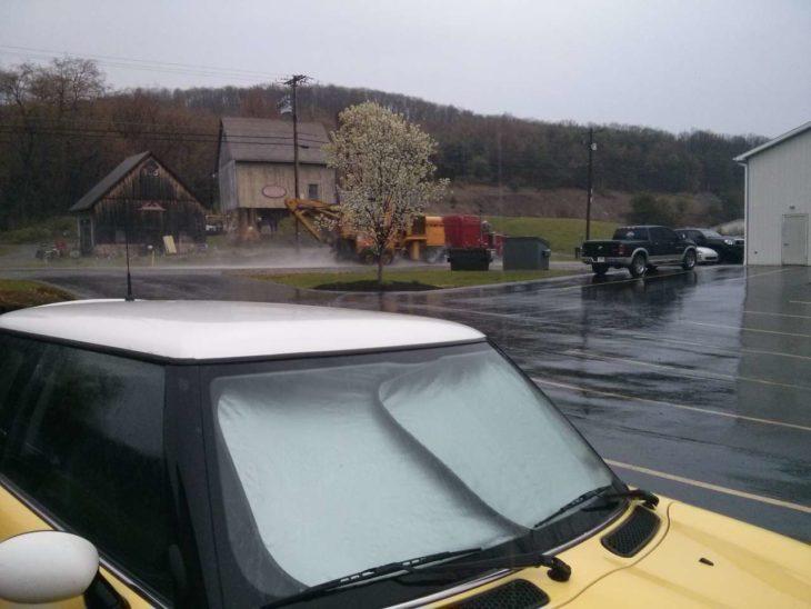 coche con parasoles en un día nublado