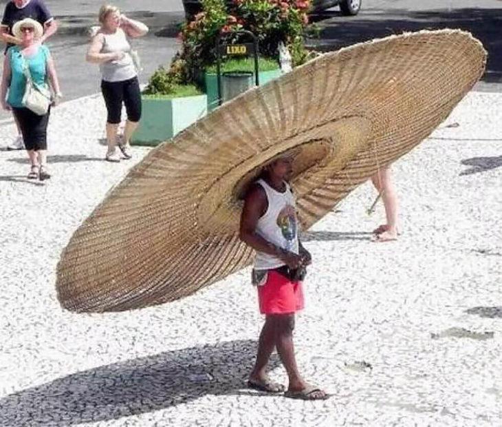 hombre con sombrero gigante