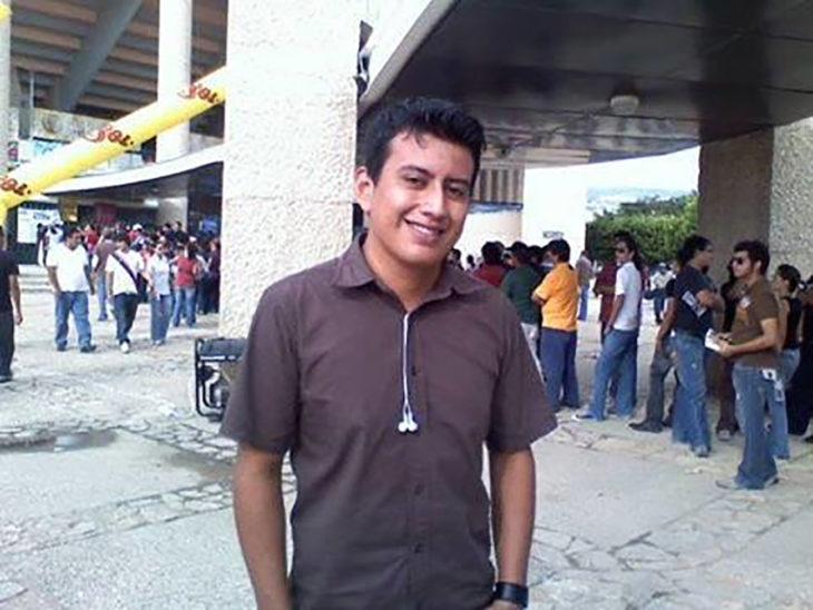 foto de chico fuera de un estadio