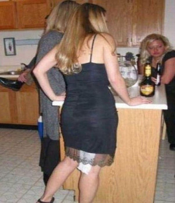 mujer con papel de baño sobresale por el vestido