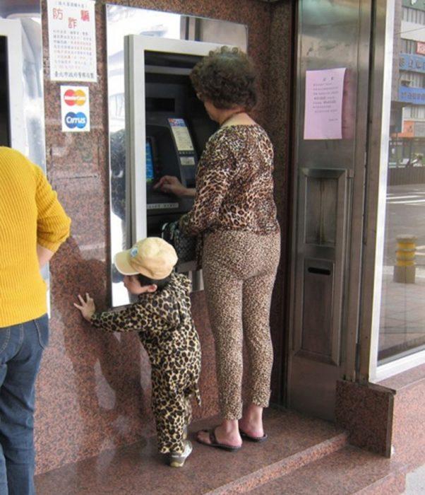 mujer vestida con estampado de leopardo y su bebé