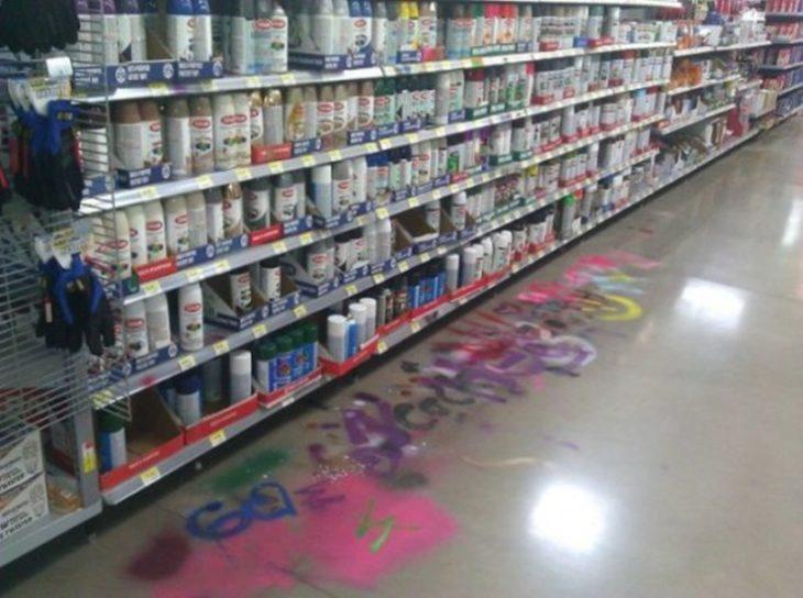 graffiti dentro de centro comercial