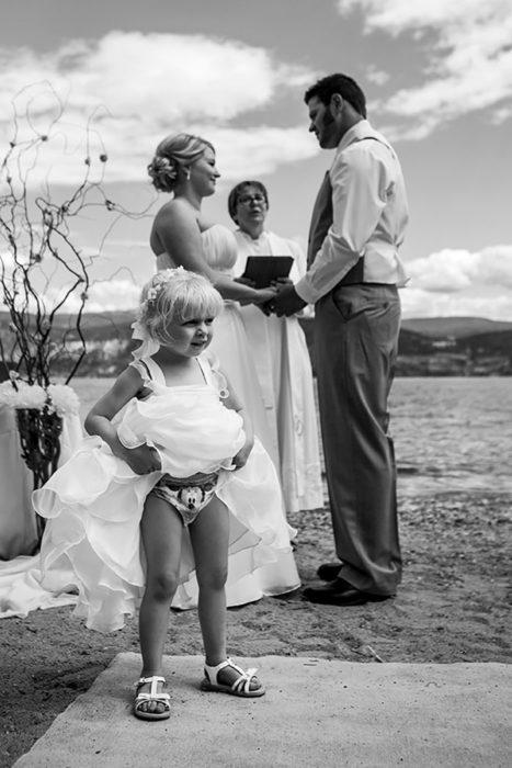 niña enseñando los calzones en boda