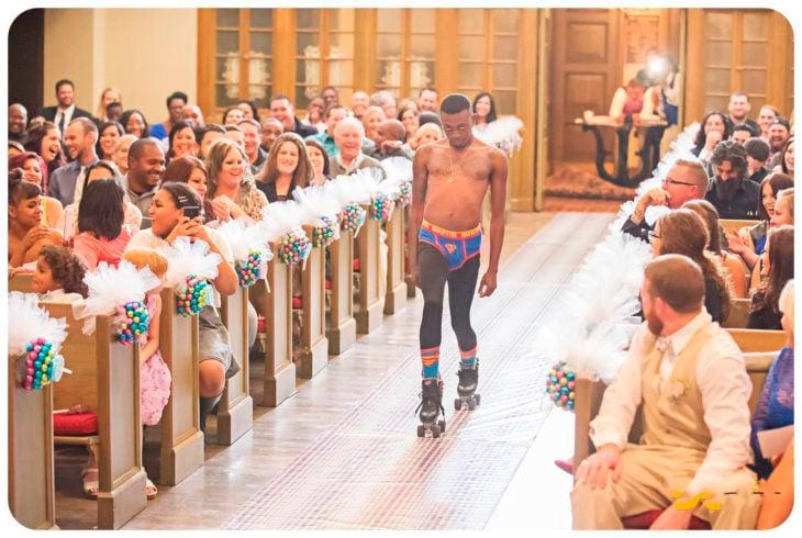 chico entra en patines, calzones y medias entrando a iglesia