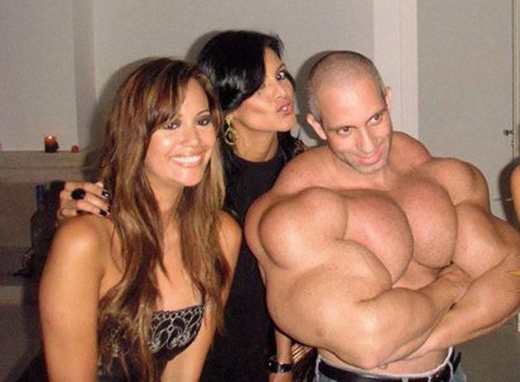 hombre musculoso con dos mujeres