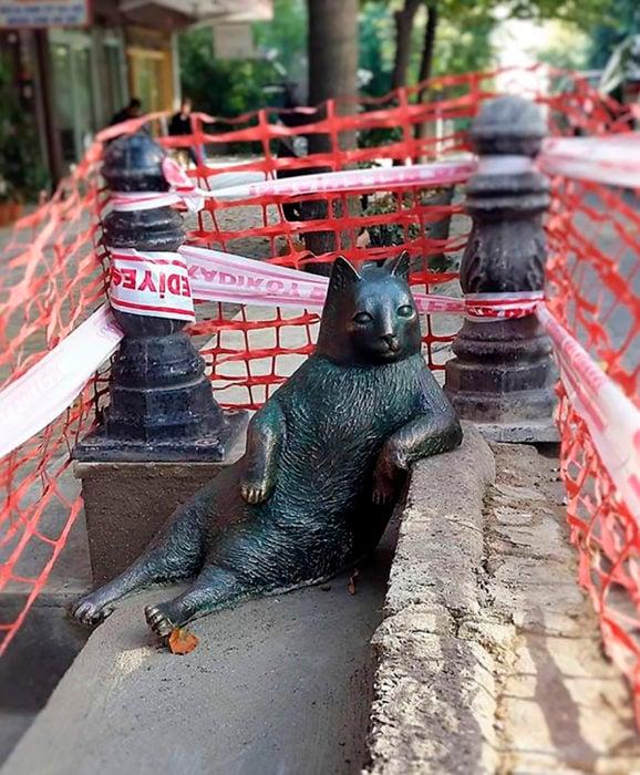 estatua de gato hecha de broce