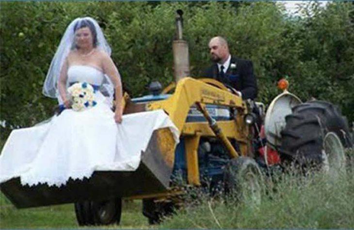 recién casados en tractor