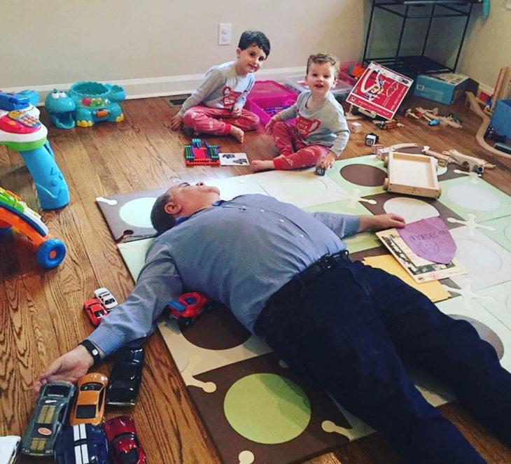 Papás cansados - papa agotado mientras juega con niños