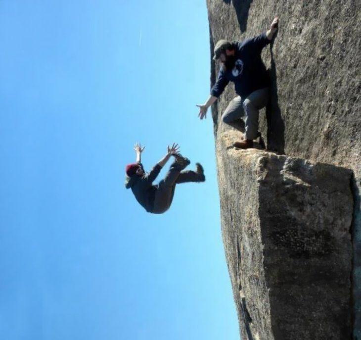 foto juega con la perspectiva parece que hombre cae de montaña