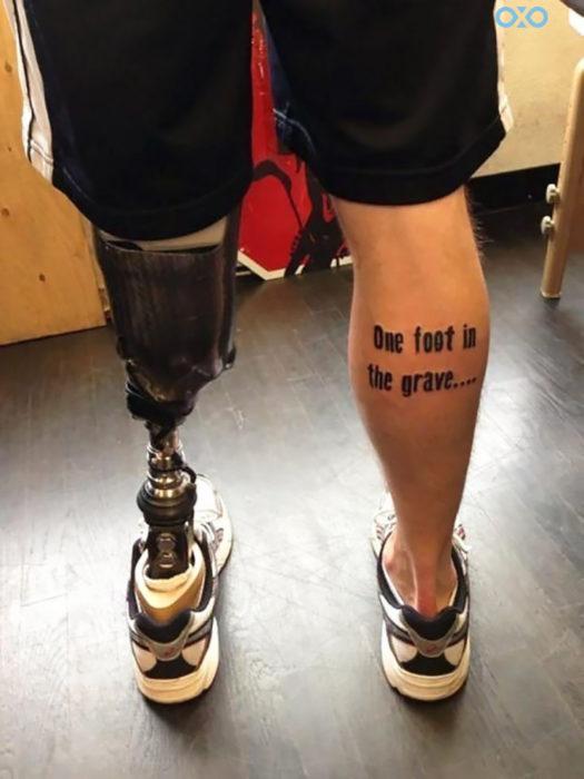 hombre con prótesis tiene tatuaje en la pierna