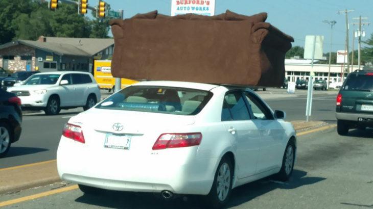 coche con un sillón arriba