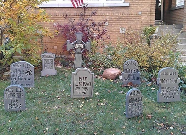 decoración de exterior halloween cementerio