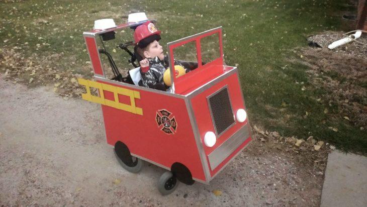 niño en silla de ruedas disfrazado de bombero