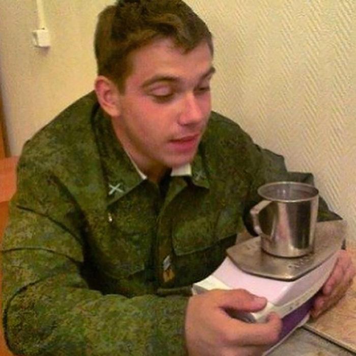 muchacho con plancha que calienta una taza de café