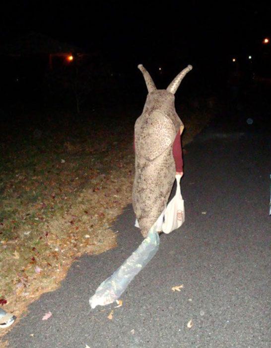 persona disfrazada de babosa