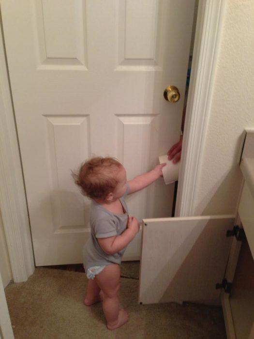 bebé llevando papel de baño