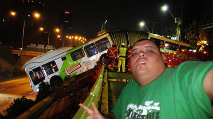 hombre se toma selfie en accidente automovilístico