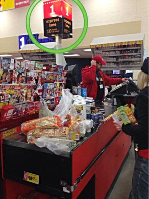 fila rápida de supermercado llena de artículos