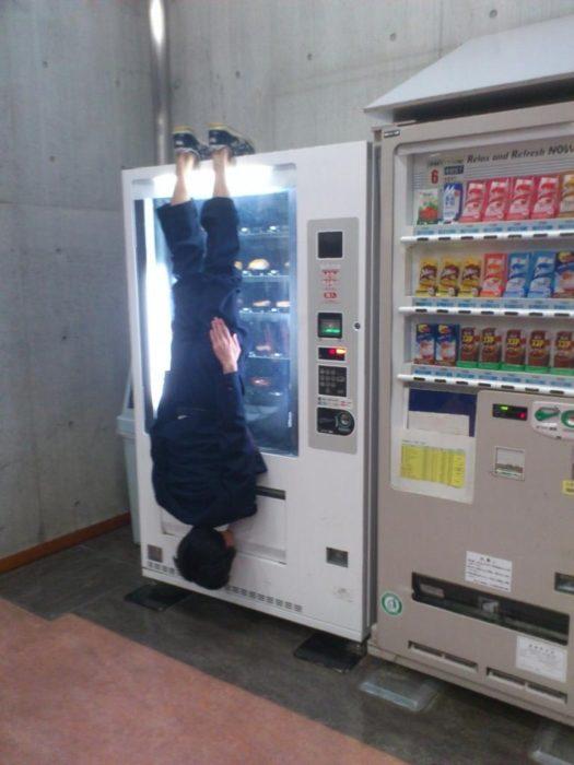hombre de cabeza en máquina expendedora