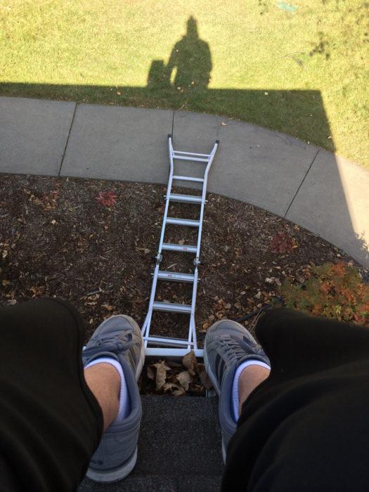 chica en la azotea se le cae su escalera