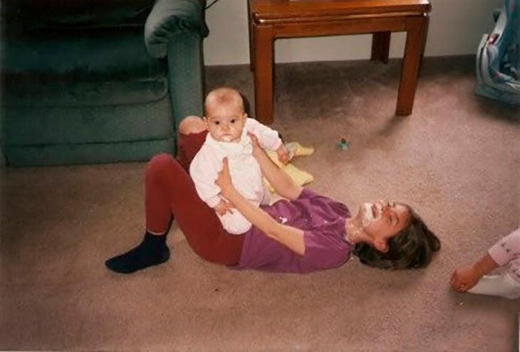 bebé vomitó en boca de su hermana