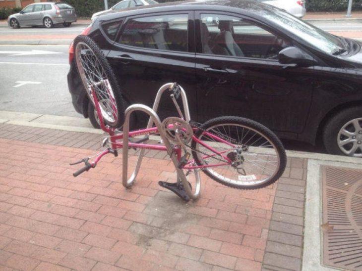 bicicleta estacionada al revés
