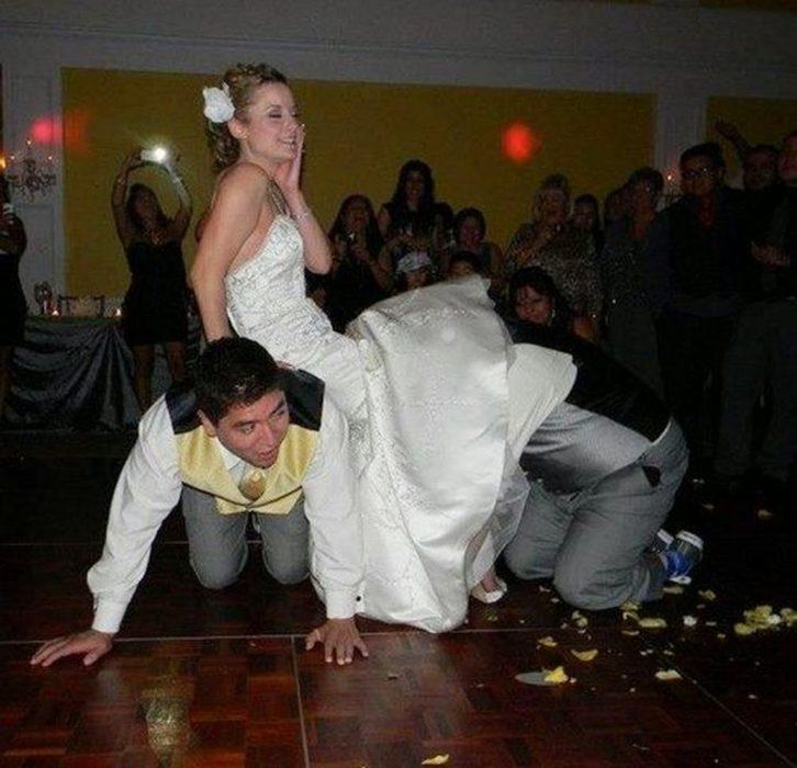 novio quita liga a novia en boda