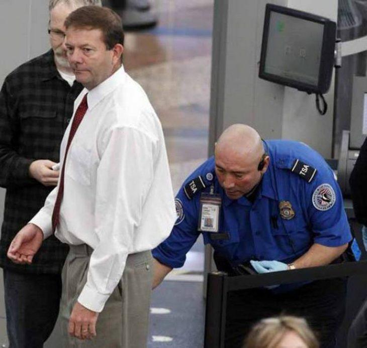 oficial de seguridad tocó trasero de señor en aeropuerto