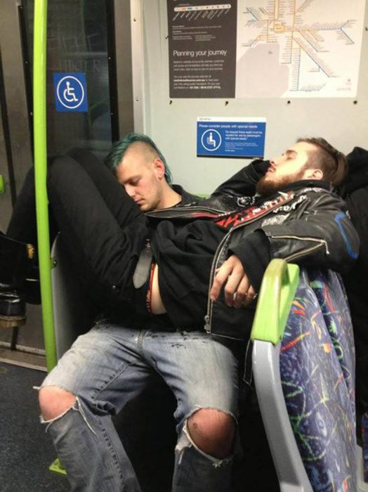 dos muchachos dormidos en el metro