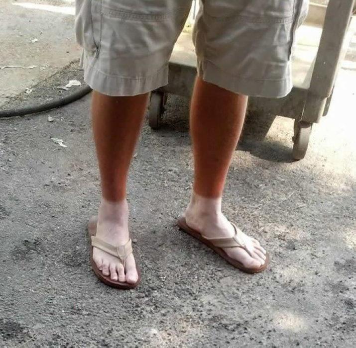 hombre con las piernas bronceadas pero no los pies