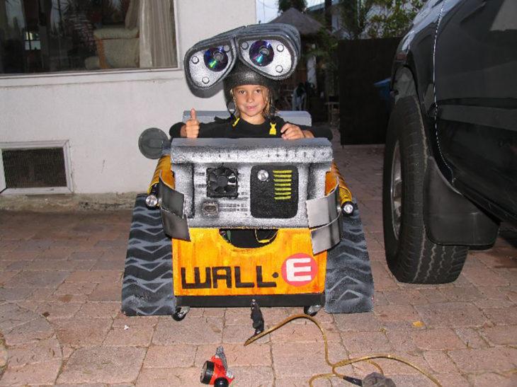 niño en silla de ruedas disfrazado de wall e