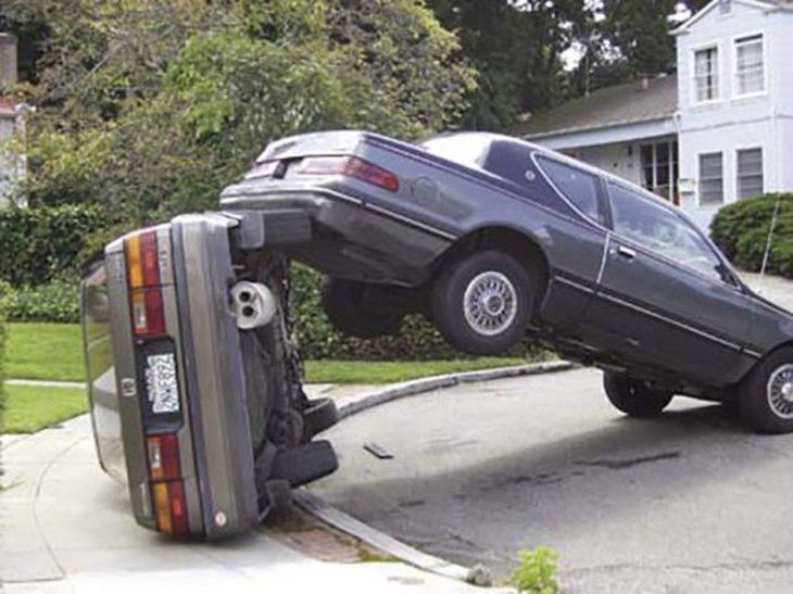 un carro encima de otro